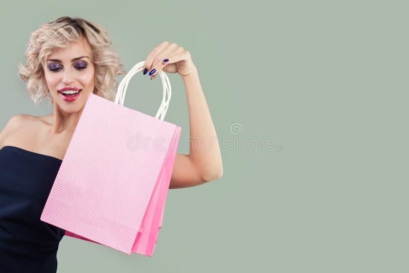 Belle femme étonnée avec le portrait de sacs à provisions photos libres de droits