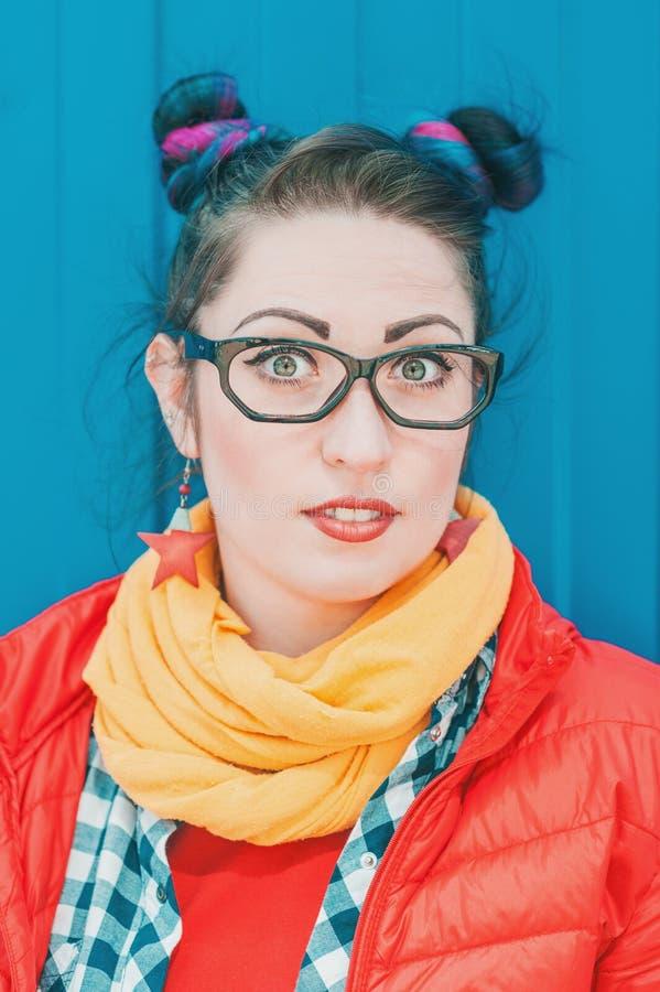 Belle femme étonnée de hippie de mode avec les cheveux colorés image stock