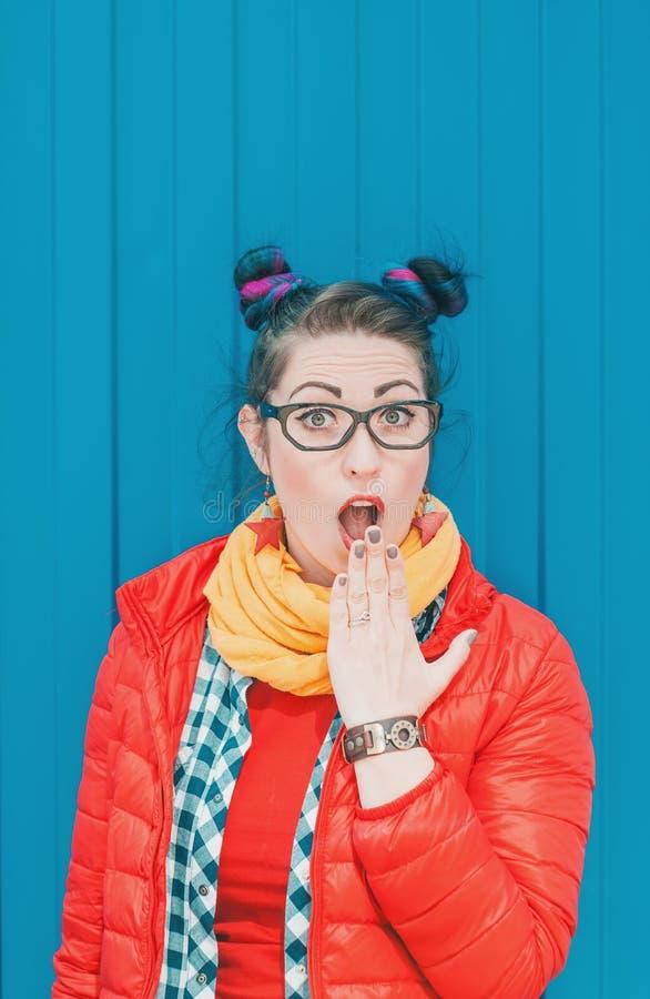 Belle femme étonnée de hippie de mode avec les cheveux colorés images stock