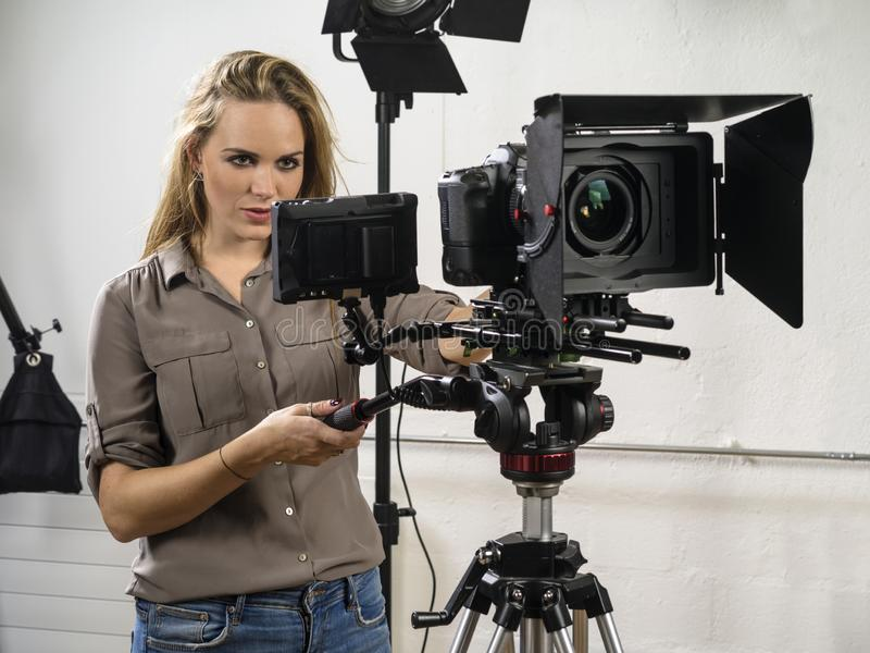 Belle femme actionnant une installation de caméra vidéo image stock