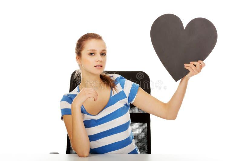 Belle femme adolescente tenant le coeur de papier images libres de droits