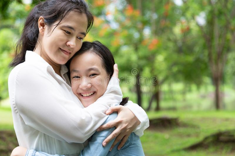 Belle femme adulte asiatique heureuse et fille mignonne d'enfant avec étreindre et sourire en été, amour de mère avec sa petite f photographie stock