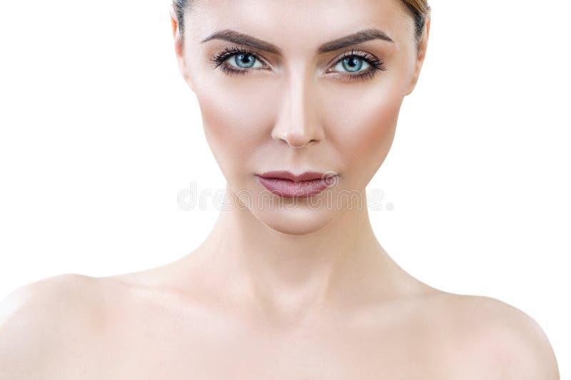 Belle femme adulte avec le lookin parfait de peau fronçant les sourcils photos stock