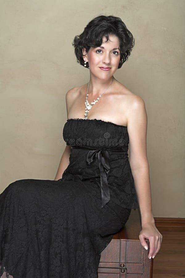 Belle femme adulte heureuse avec le cheveu bouclé noir photographie stock