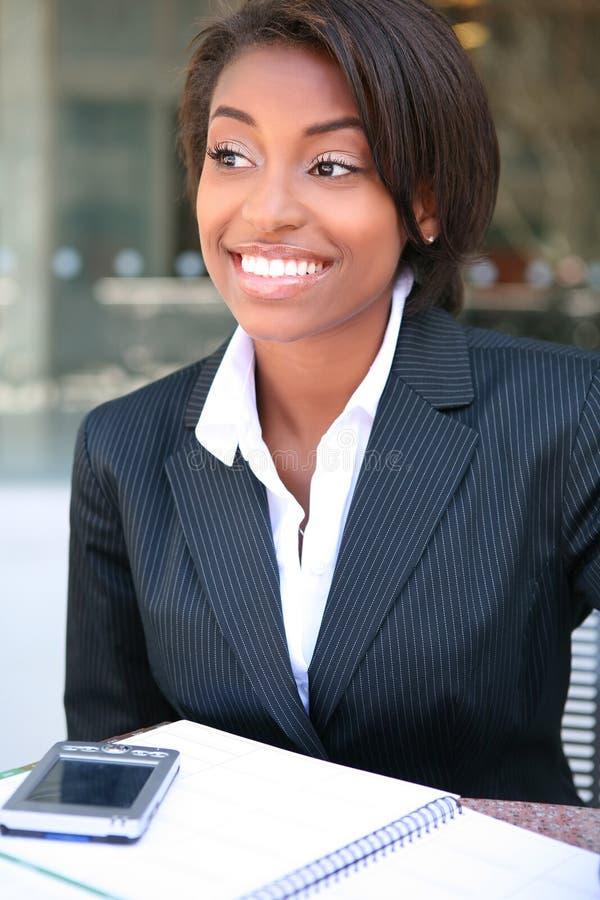 Belle femme africaine d'affaires photo libre de droits