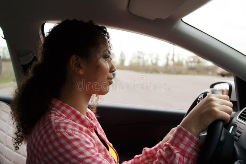 Belle femme africaine passant l'examen de conduite photographie stock