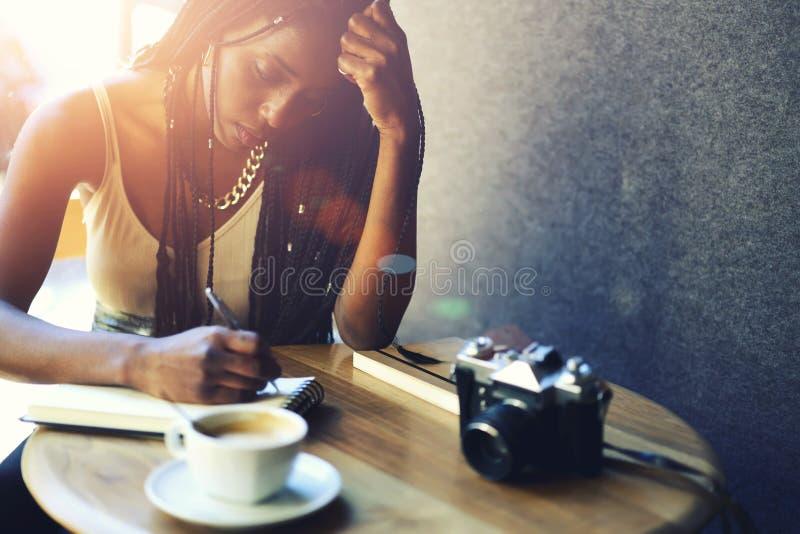 Belle femme afro-américaine émotive photographie stock