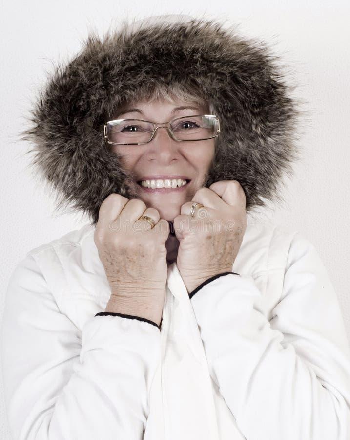 Belle femme agée dans les winterclothes blancs images stock