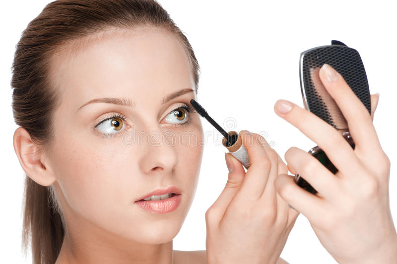 Belle femme appliquant le mascara sur ses cils image libre de droits