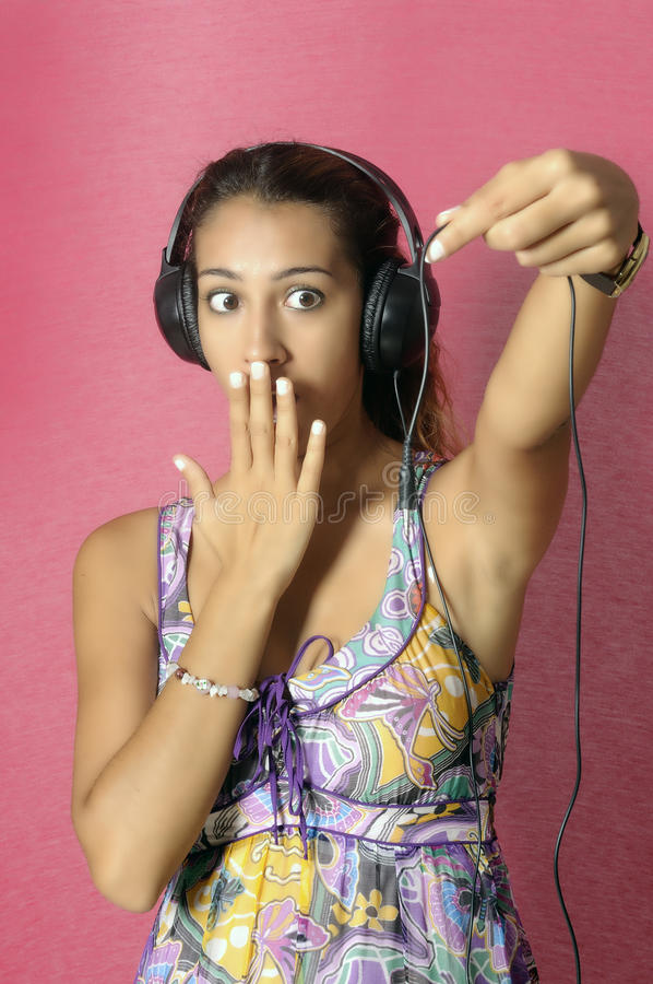 Belle femme appréciant la musique images stock