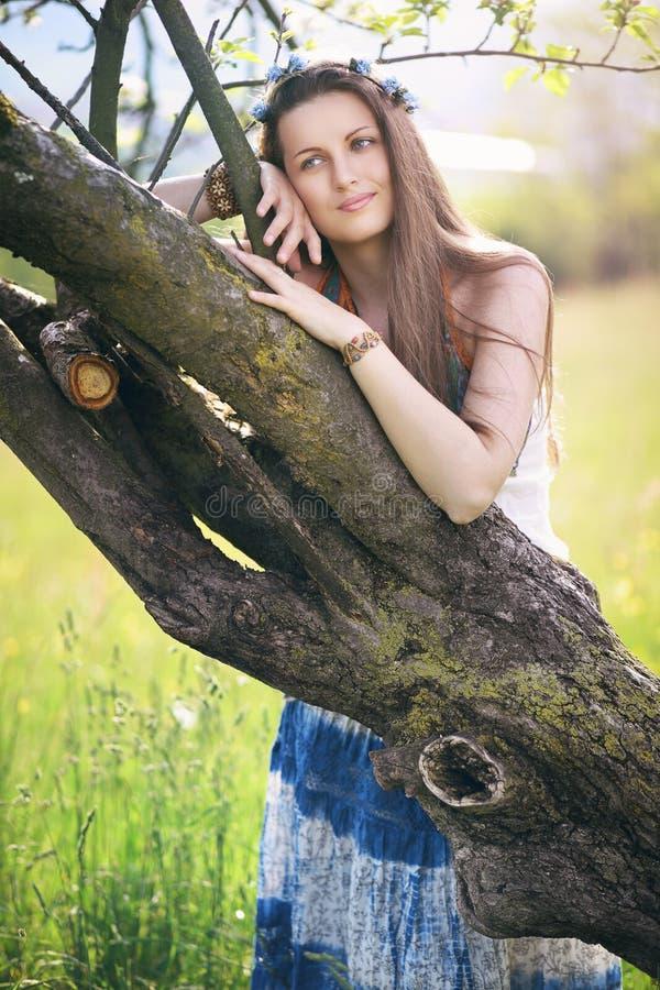 Belle femme appréciant la nature photo libre de droits