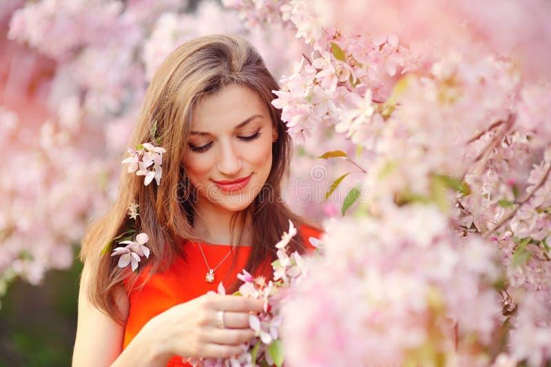 Belle femme appréciant le champ, jolie détente de fille extérieure photographie stock
