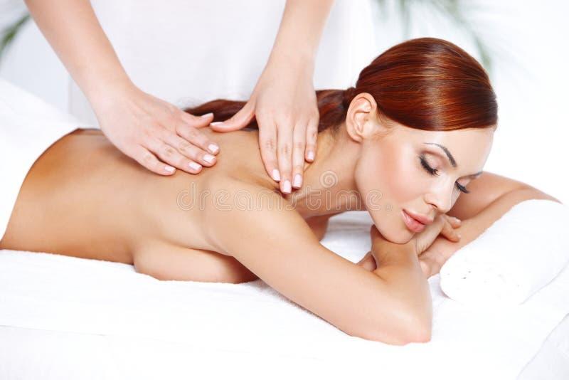Belle femme appréciant un massage photographie stock libre de droits