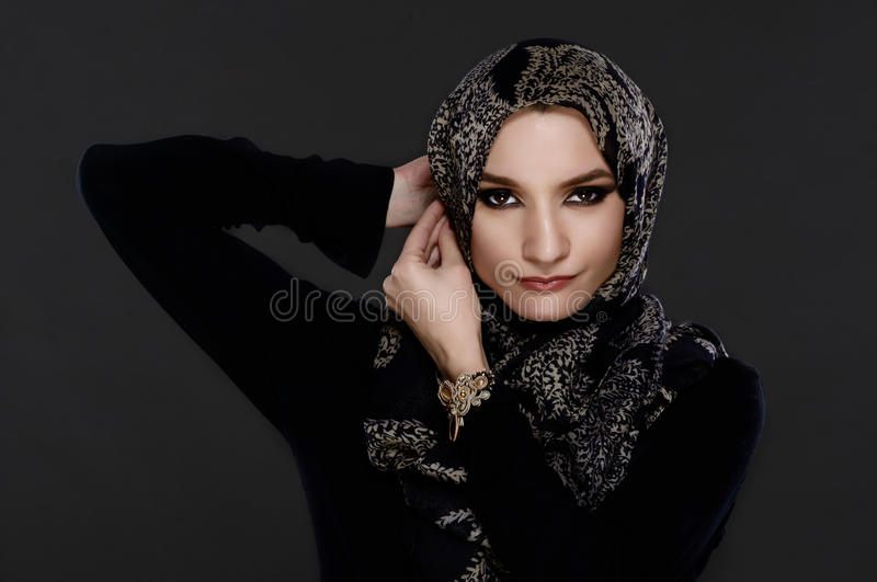 Belle femme arabe portant Abaya images stock
