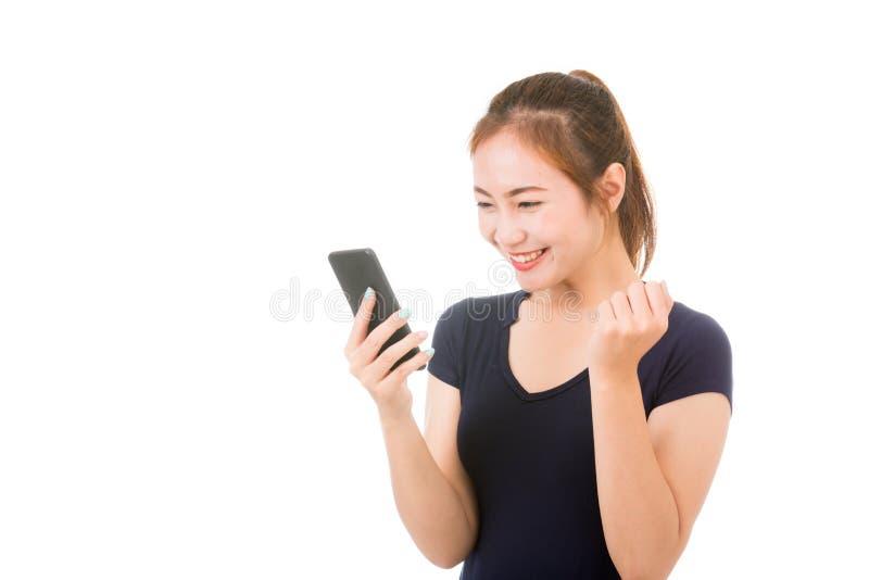 Belle femme asiatique à l'aide du téléphone portable images libres de droits