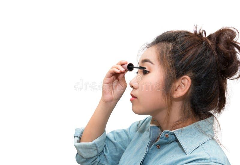 Belle femme asiatique appliquant le mascara sur ses cils image libre de droits