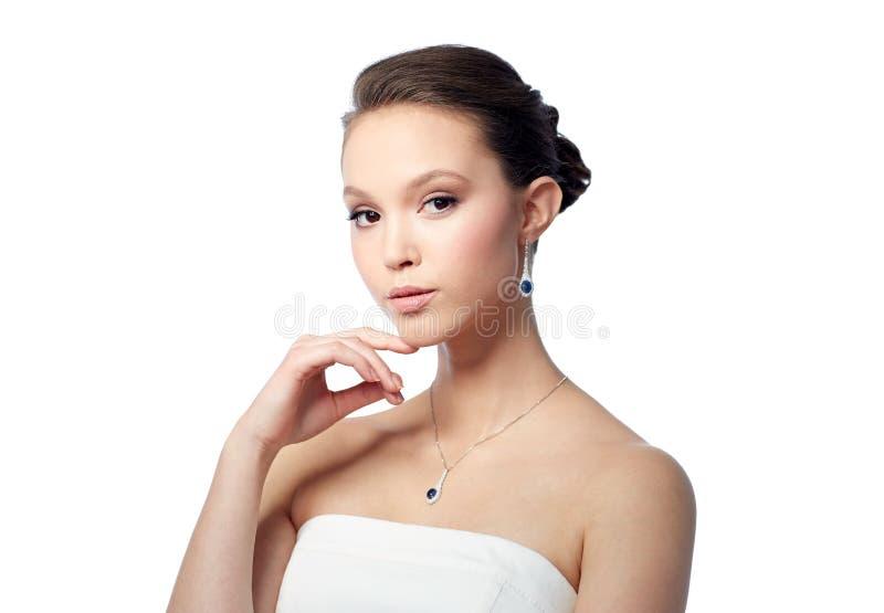 belle femme asiatique avec la boucle d 39 oreille et le pendant image stock image du cher. Black Bedroom Furniture Sets. Home Design Ideas