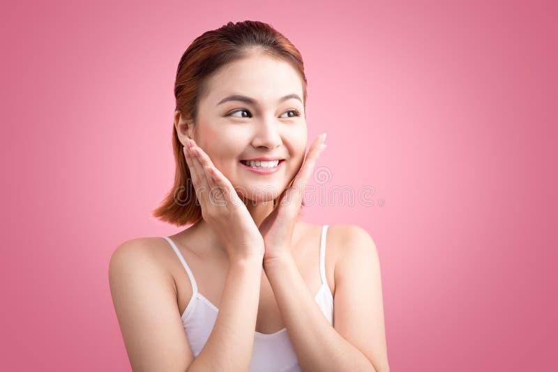 Belle femme asiatique avec la peau fraîche propre Belle femme de station thermale photo stock
