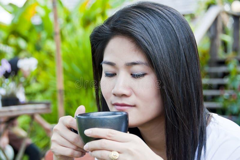 Belle femme asiatique avec une cuvette de café. photos libres de droits