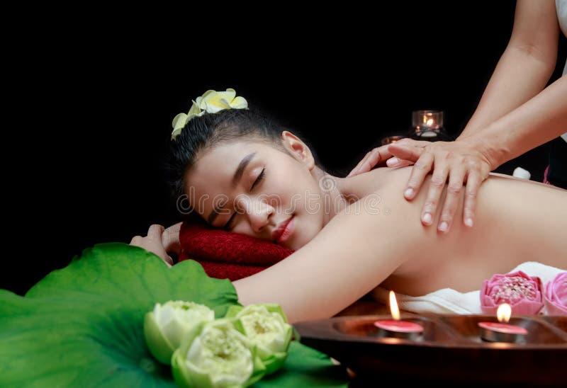 belle femme asiatique ayant le massage dans l'environnement de station thermale photographie stock