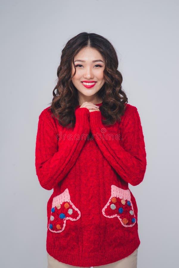 Belle femme asiatique dans le souhait chaud d'habillement photographie stock