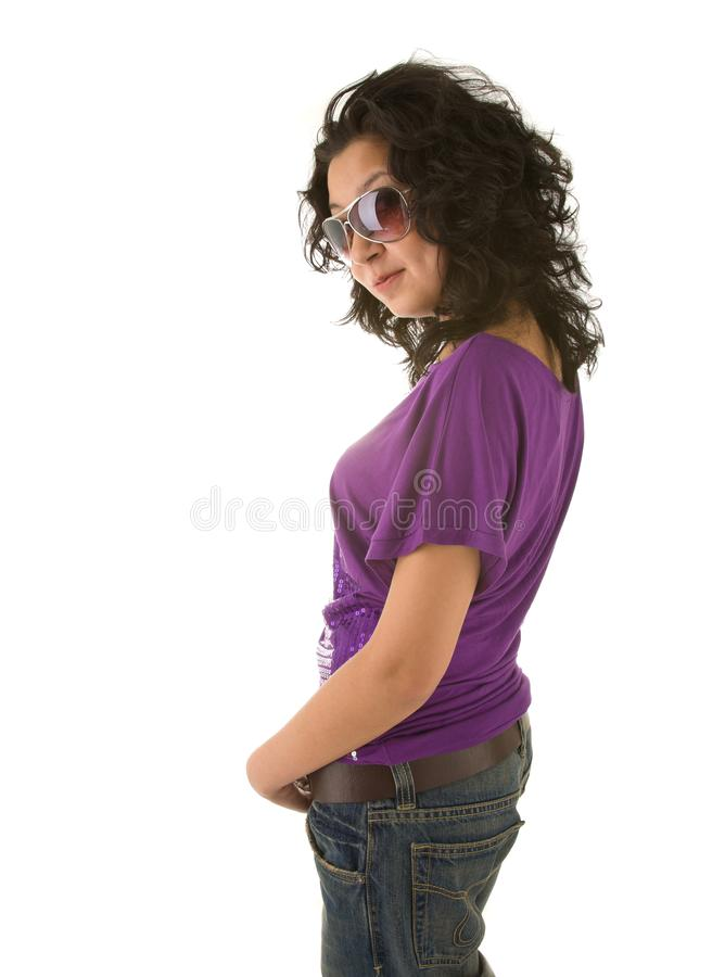 Belle femme asiatique de brune dans le T-shirt violet d'isolement sur le wh images stock