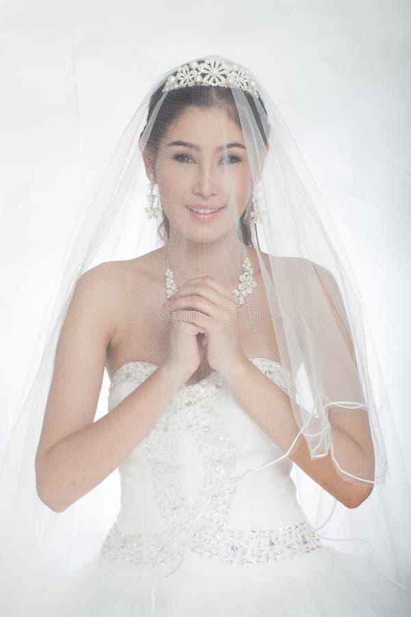 belle femme asiatique de portrait dans la robe de mariage blanche avec le voile photo stock. Black Bedroom Furniture Sets. Home Design Ideas