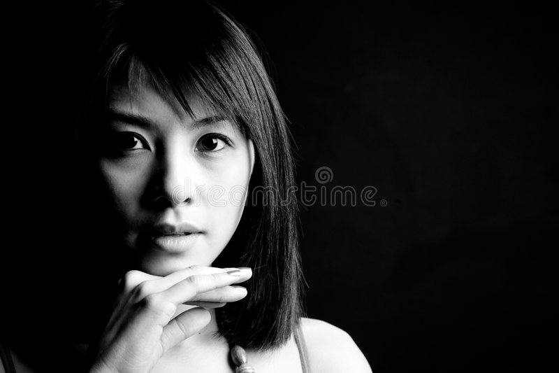 Belle femme asiatique en noir et blanc image stock