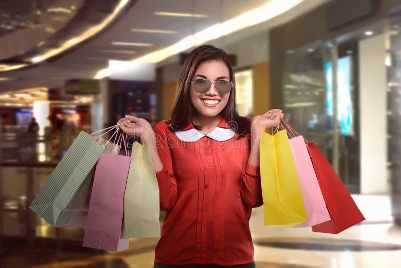 Belle femme asiatique heureuse avec des paniers photos libres de droits