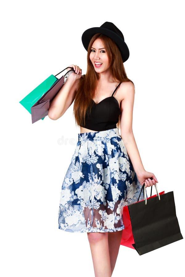 Belle femme asiatique heureuse avec les paniers colorés dans son h photo stock
