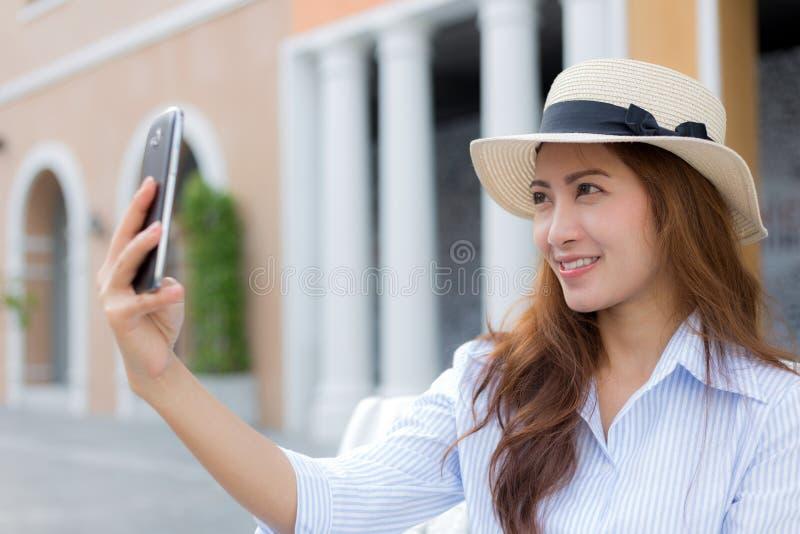 Belle femme asiatique prenant le selfie photo libre de droits