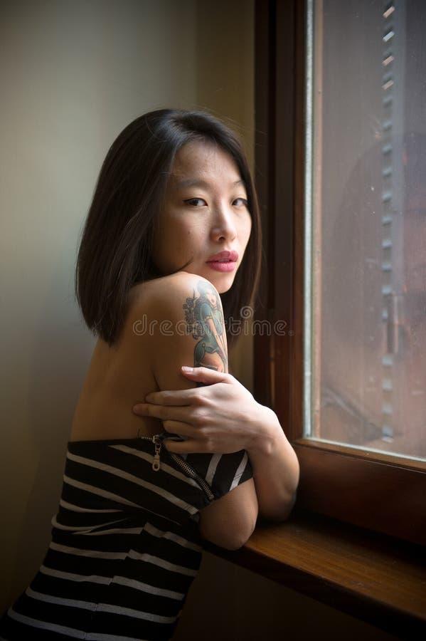 Belle femme asiatique sensuelle posant regarder séduisant l'appareil-photo photos libres de droits