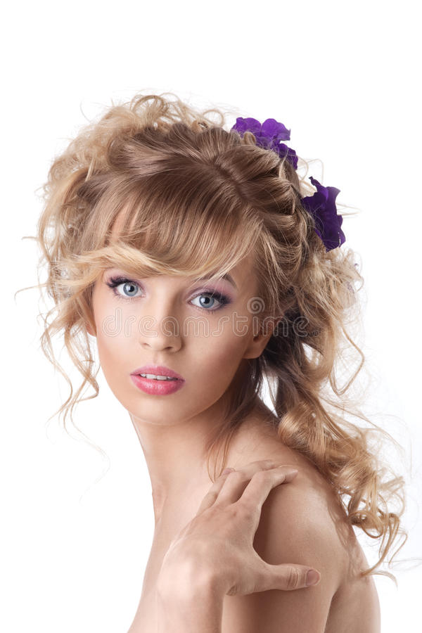 Belle femme assez jeune avec le type de cheveu image libre de droits