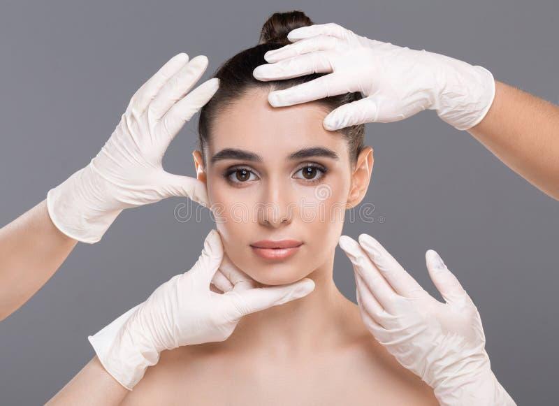 Belle femme atteignant le traitement la clinique de cosmétologie images stock