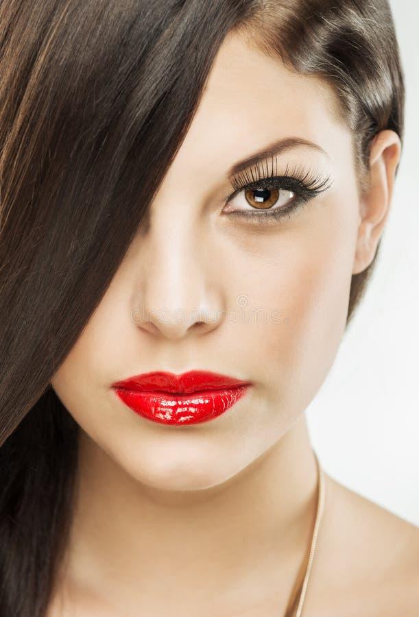 Belle femme attirante de brune avec le maquillage de luxe, lèvres rouges image libre de droits