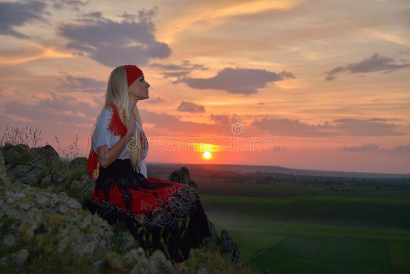 Belle femme au coucher du soleil image stock