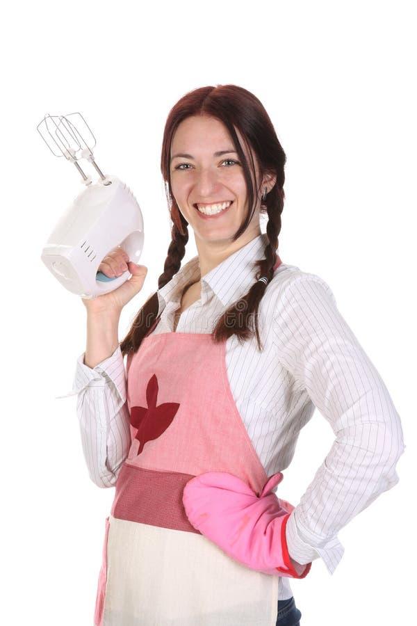 Belle femme au foyer avec le batteur électrique photographie stock libre de droits