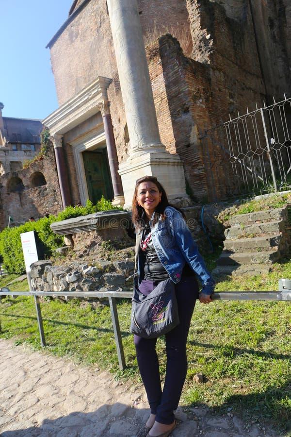 Belle femme au jardin européen image libre de droits