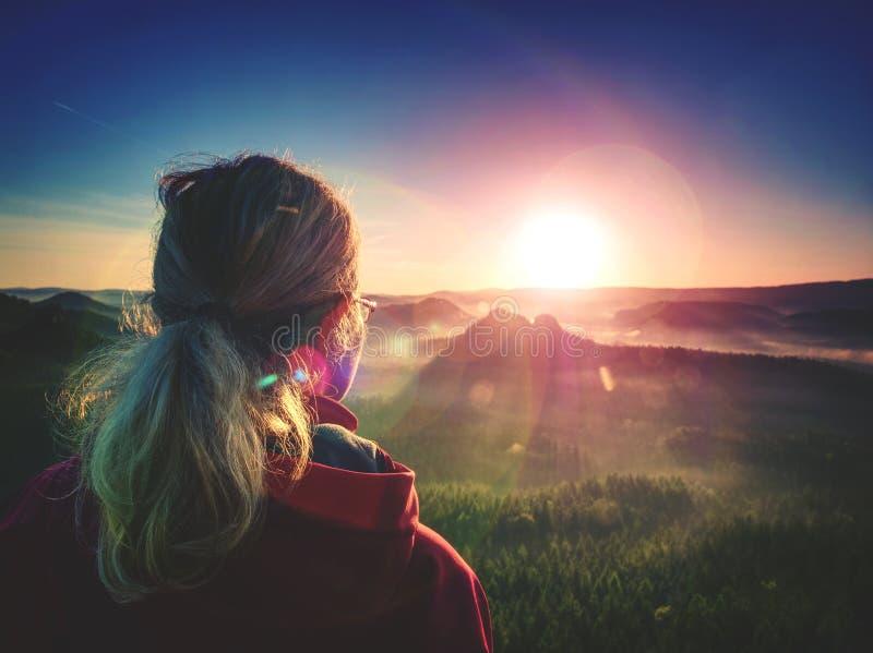 Femme Regardant L'horizon Du Jour Depuis Une Falaise Abrupte Photo stock -  Image du dreamland, élever: 164513308