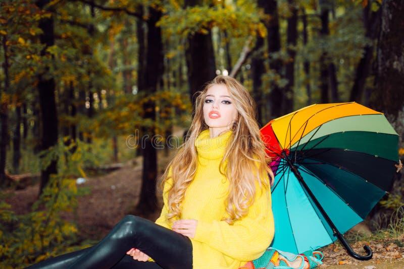 Belle femme avec Autumn Leaves sur le fond de nature d'automne Fille rêveuse avec de longs cheveux dans le chandail de knit Autom photos libres de droits
