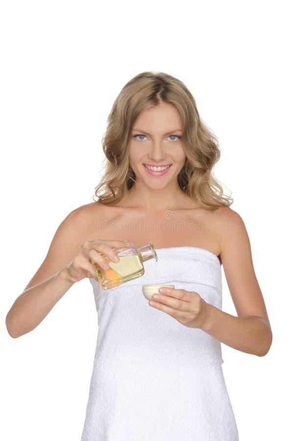 Belle femme avec de l'huile cosmétique images libres de droits