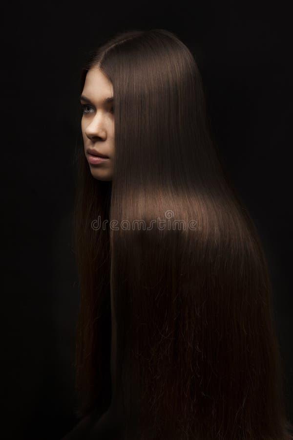 Belle femme avec de longs cheveux droits image stock