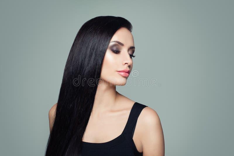 Belle femme avec de longs cheveux droits et portrait sains de maquillage photos stock
