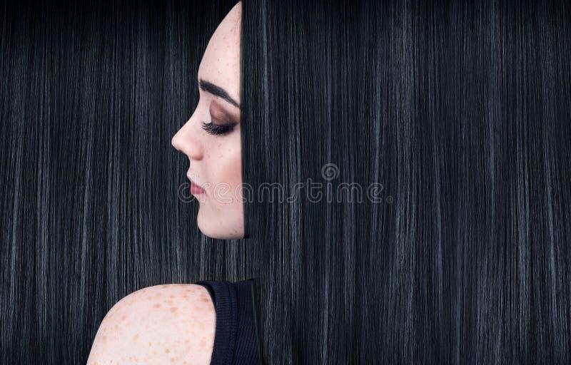 Belle femme avec de longs cheveux noirs luxueux photo stock