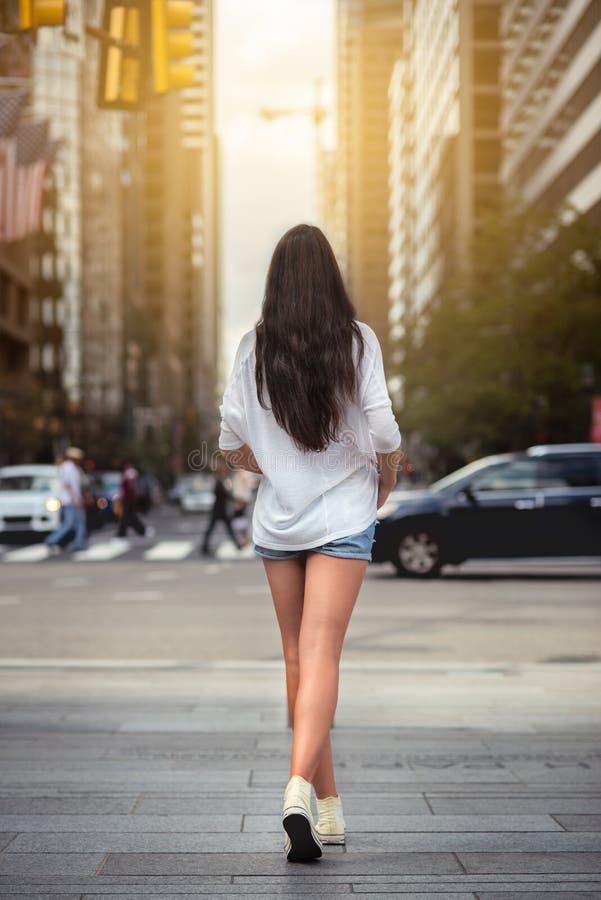Belle femme avec de longues jambes marchant autour de la rue de New York City photos stock