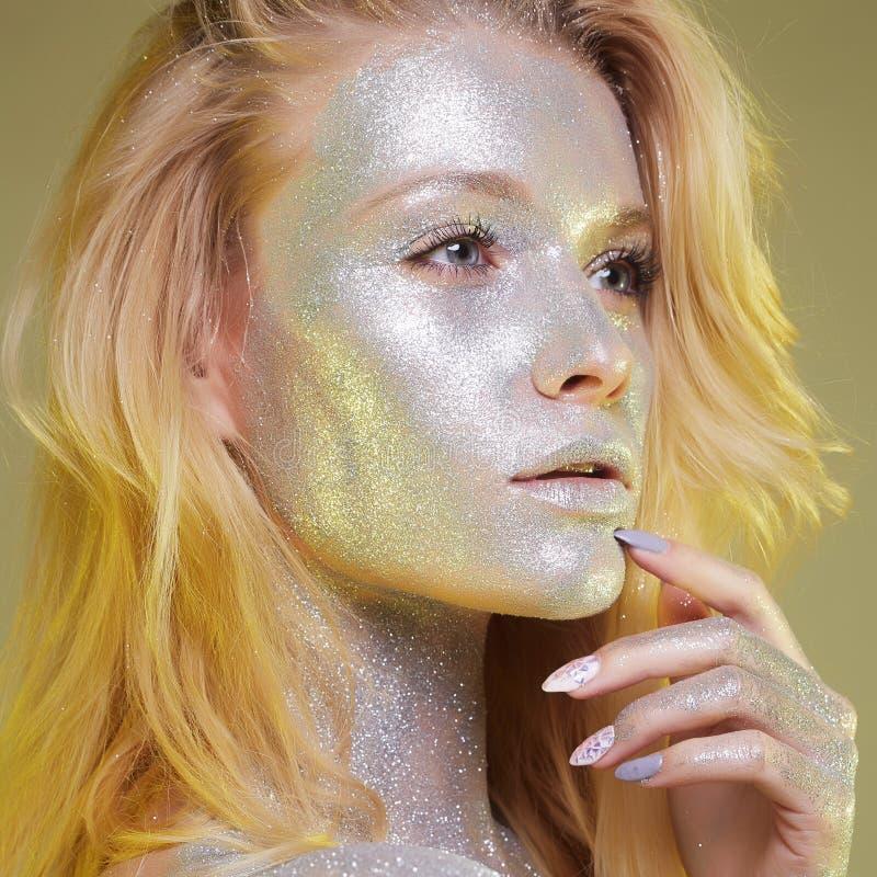 Belle femme avec des étincelles sur son visage photo stock