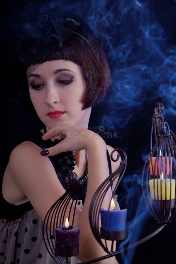 Belle femme avec des bougies photographie stock