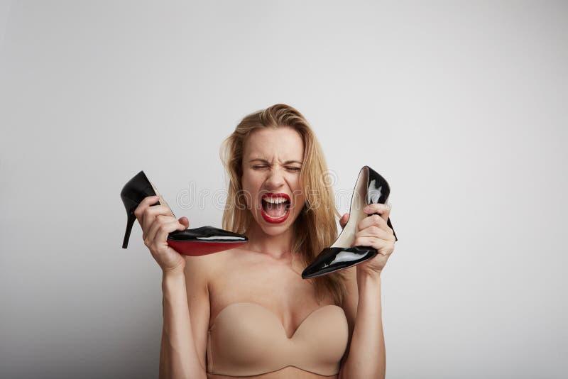 Belle femme avec des chaussures dans des ses mains images libres de droits
