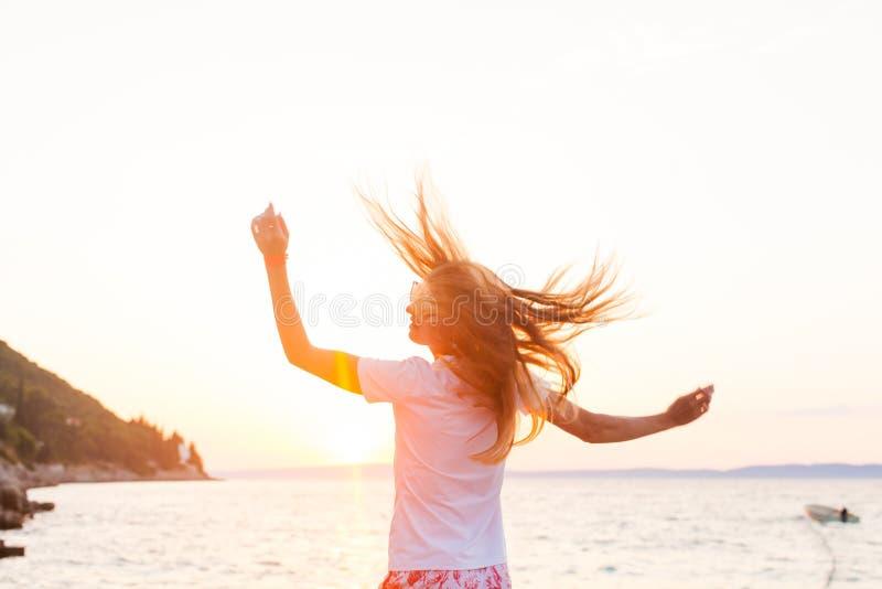 Belle femme avec des cheveux dépouillés par le vent image libre de droits