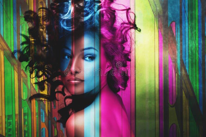 Belle femme avec des cheveux dans la double exposition de mouvement images libres de droits